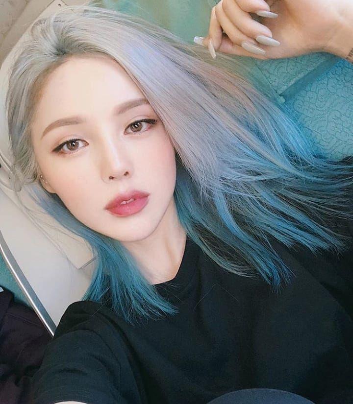 Nổi loạn và cá tính hơn với kiểu tóc highlight màu bạch kim và xanh neon. Ảnh: Internet