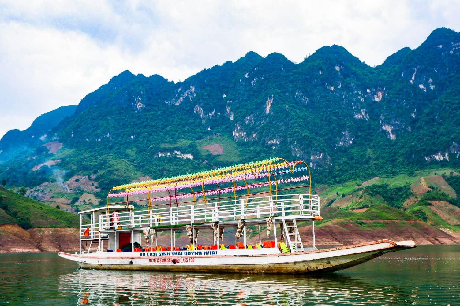 Đi thuyền tham quan biển hồ Quỳnh Nhai. Hình: Sưu tầm