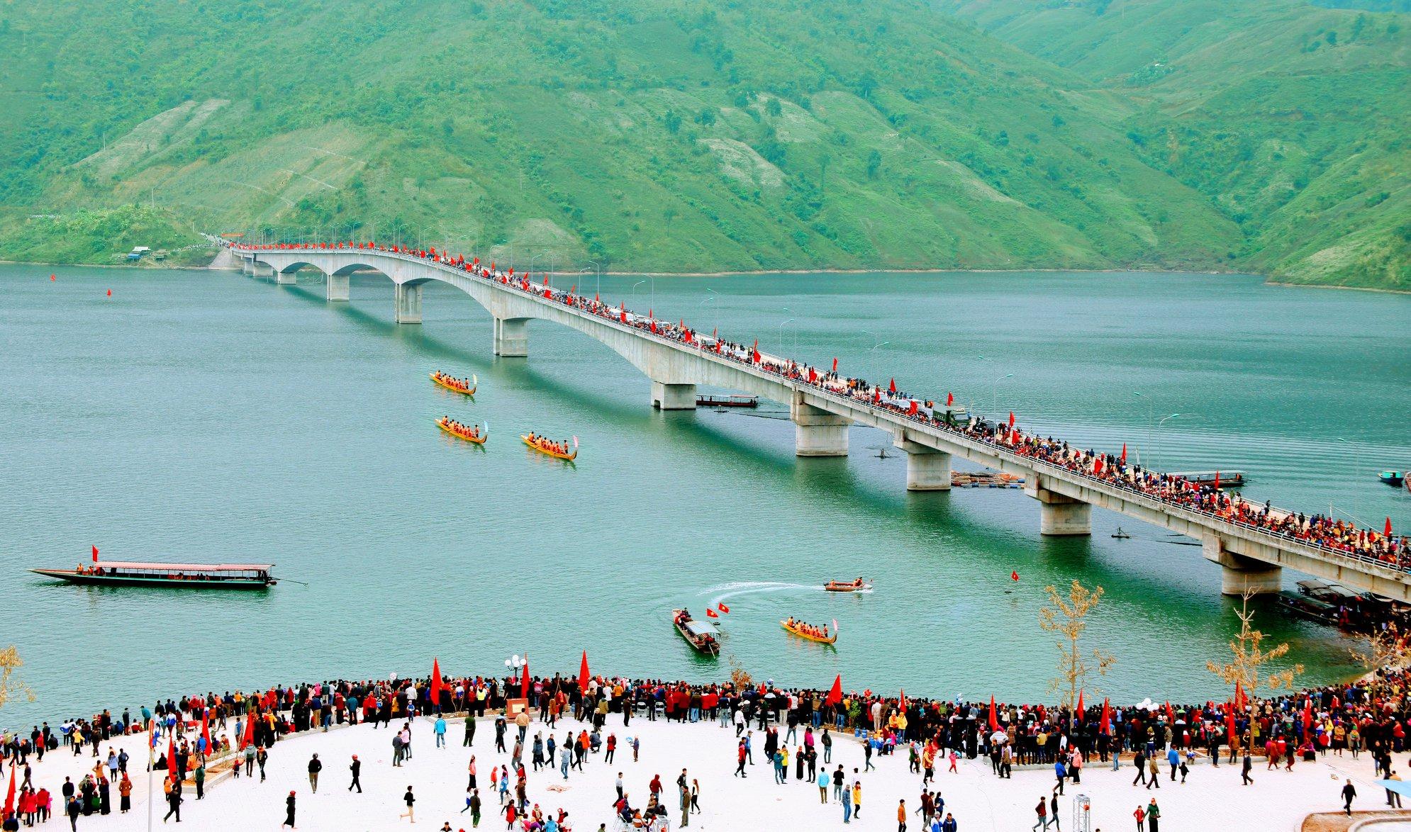 Cầu Pá Uôn mỗi dịp có lễ hội. Hình: Sưu tầm
