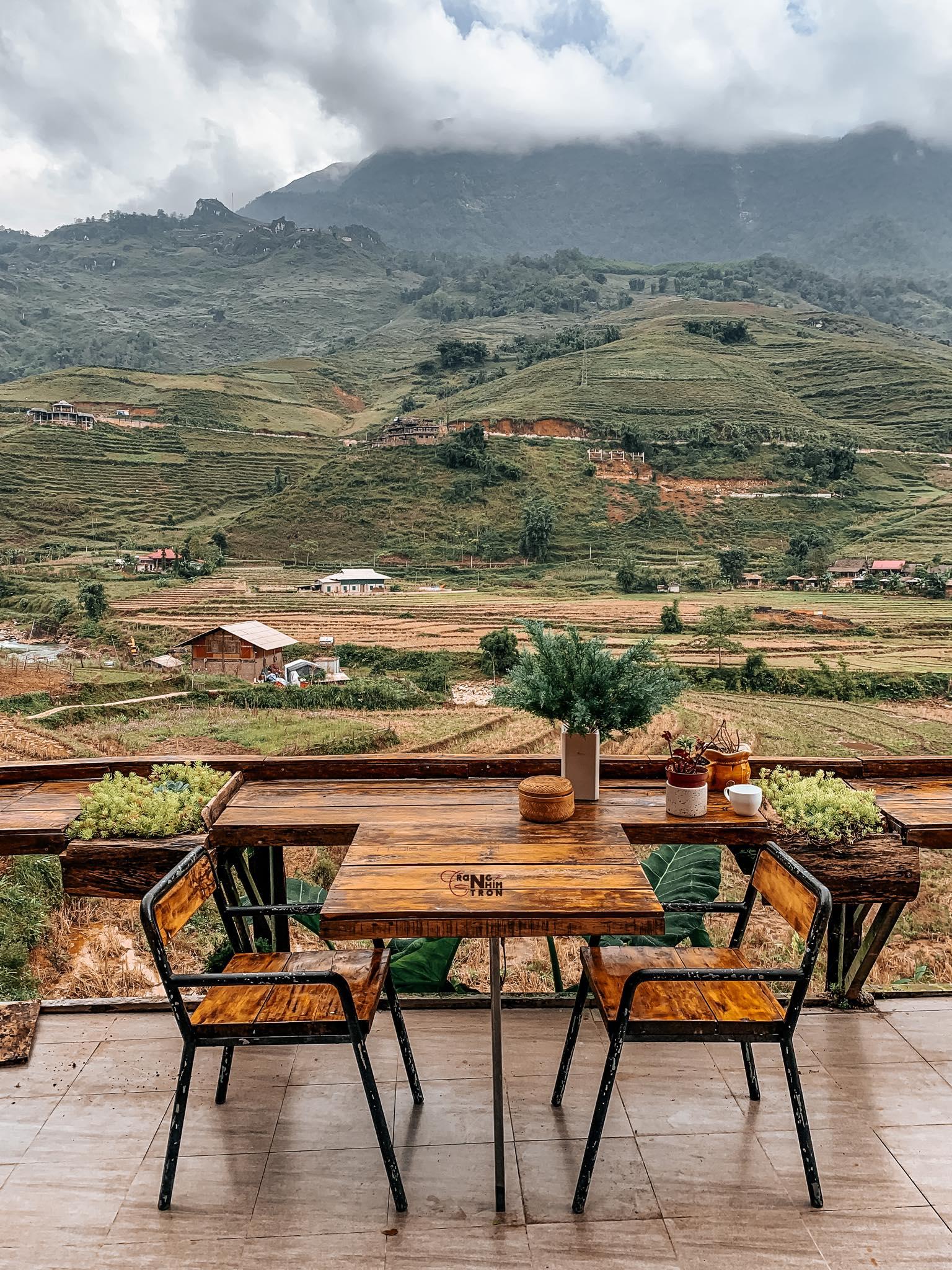 Nhâm nhi cafe giữa khung cảnh đồi núi trập trùng. Hình: Đặng Vân Trang