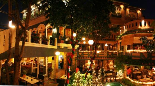 Hệ thống đèn ấm áp giúp không gian quán cafe thêm lãng mạn. Ảnh: Internet