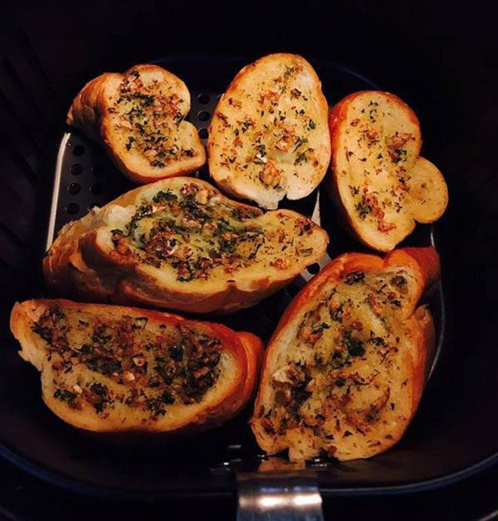 Bánh mì bơ tỏi đơn giản và dễ làm nhưng lại vô cùng thơm ngon. Hình: Sưu tầm