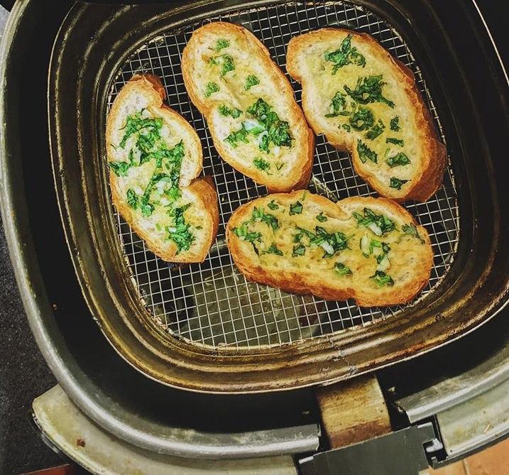 Bánh mì bơ tỏi làm từ nồi chiên không dầu. Hình: Sưu tầm