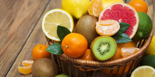 Các loại trái cây chứa nhiều vitamin C bao gồm cam, quýt, bưởi, chanh, dâu tây,…