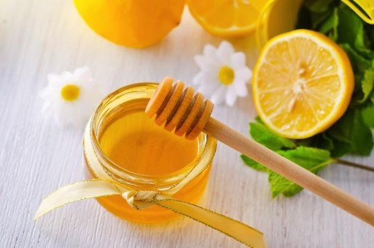 Mật ong được nhiều bố mẹ lựa chọn như loại kháng sinh tự nhiên, an toàn cho trẻ trên 1 tuổi