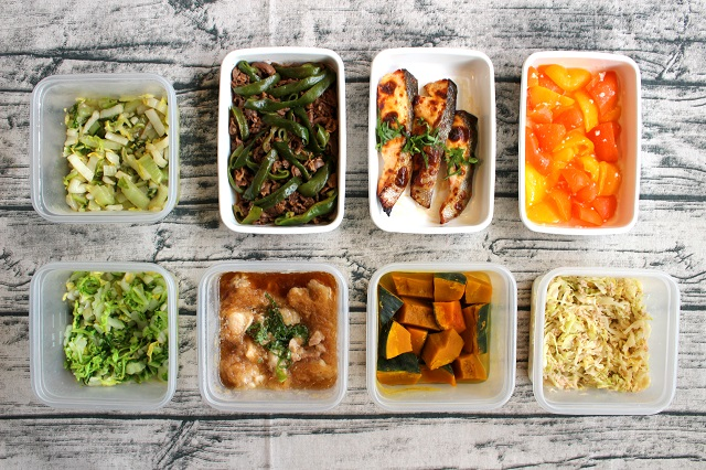 các món ăn được sắp xếp trình bày rất đẹp được bỏ trong các hộp nhựa hoặc thủy tinh