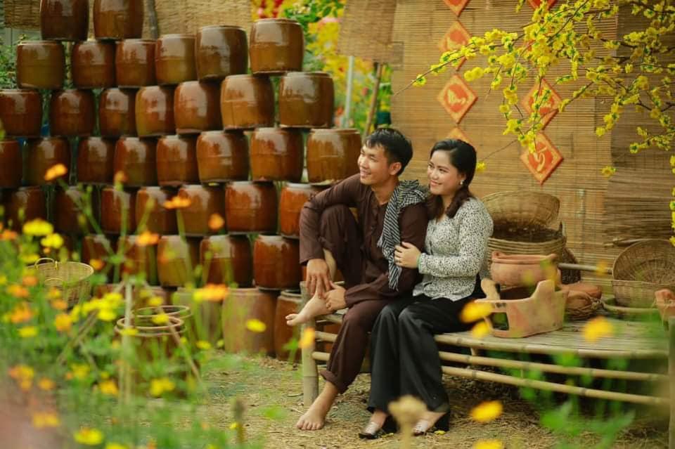 Du khách chụp ảnh xuân tại cánh đồng hoa Hóc Môn - Nguồn ảnh: Internet