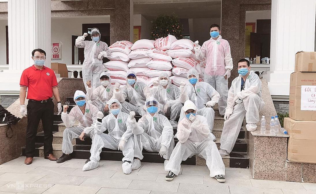 Thành viên của Hội lái xe Chí Linh hỗ trợ vận chuyển hàng cứu trợ trong thời gian thành phố này bị phong toả vì dịch Covid-19. Ảnh: Nhân vật cung cấp