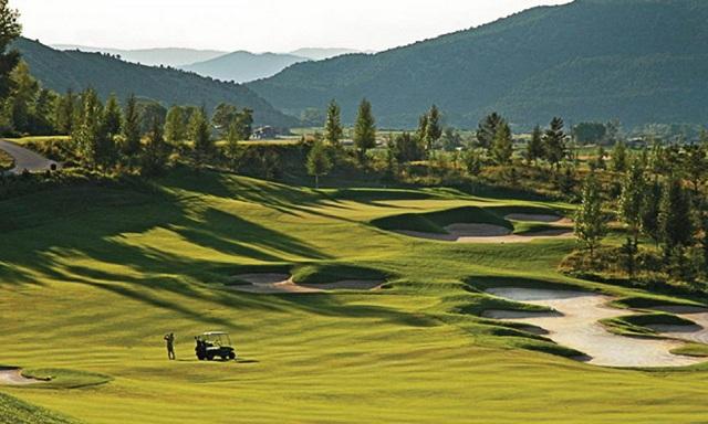 Sân golf BRG Legend Hill Golf Resort có địa chỉ tại Phù Linh, Sóc Sơn, Hà Nội
