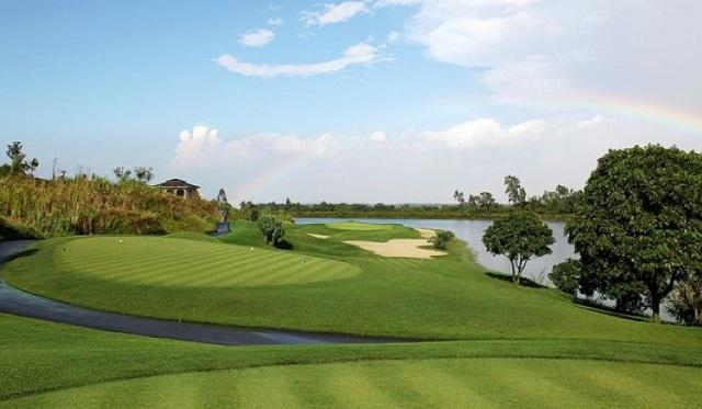Với diện tích 200ha, sân Sky Lake bao gồm 36 lỗ và chia thành 2 sân riêng biệt là Lake Course và Sky Course