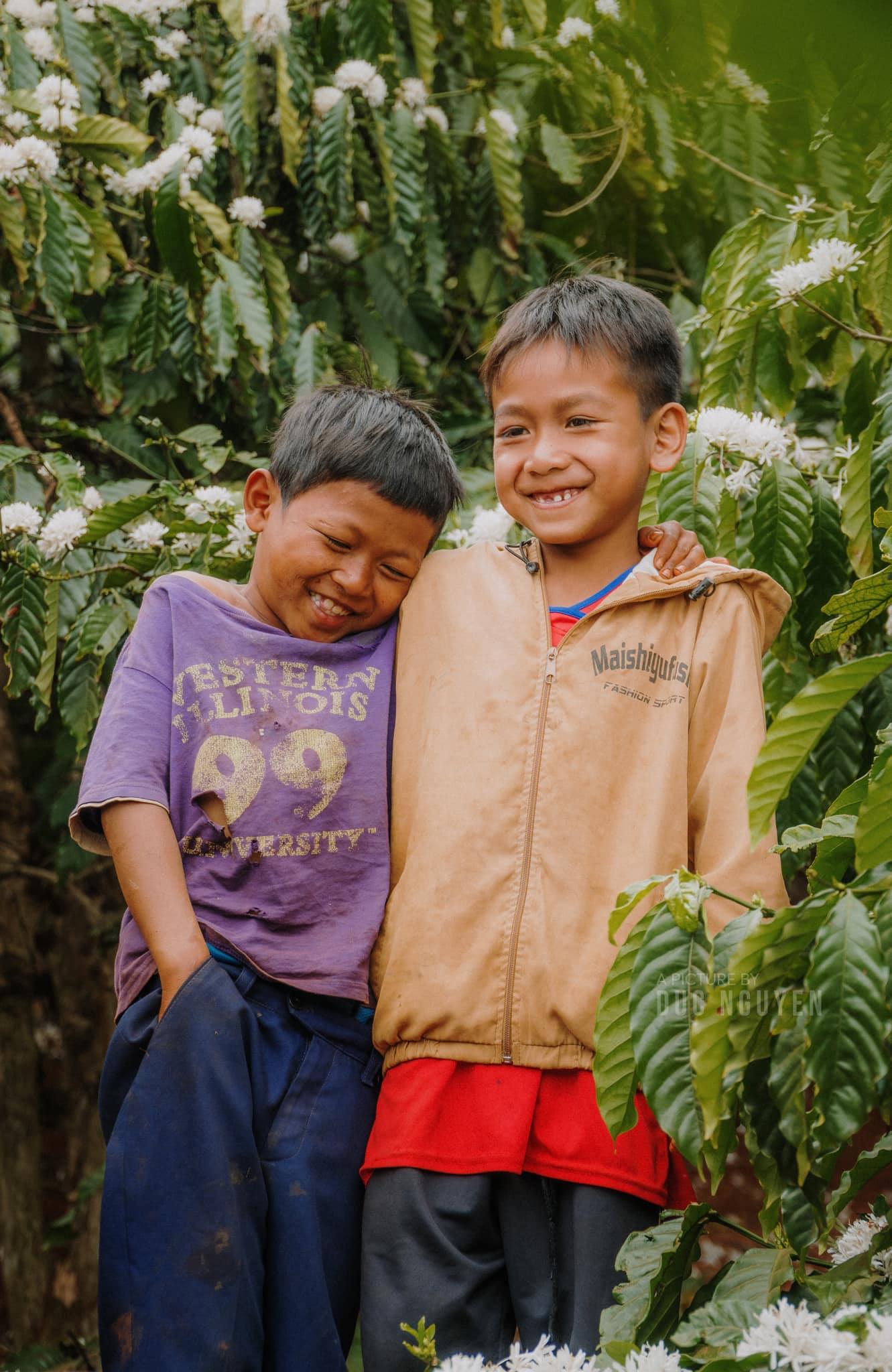 Những đứa trẻ thích thú mỗi mùa hoa cà phê đến. Hình: Duc Nguyen