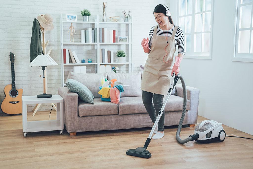 Dọn dẹp nhà cửa sẽ khiến bạn bận rộn và quên đi quãng thời gian ở nhà buồn chán. Hình: Sưu tầm
