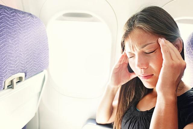 Ù tai khi đi máy bay xảy ra rất thường xuyên. Ảnh: Internet