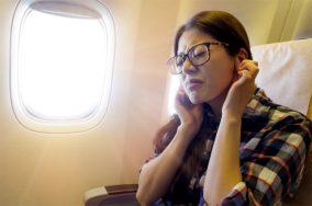 Mẹo chữa ù tai khi đi máy bay trong tích tắc