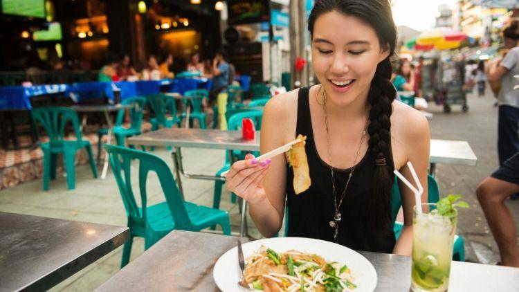 Ăn uống thất thường sẽ khiến bạn ăn vặt và ăn quá nhiều. Hình: Sưu tầm