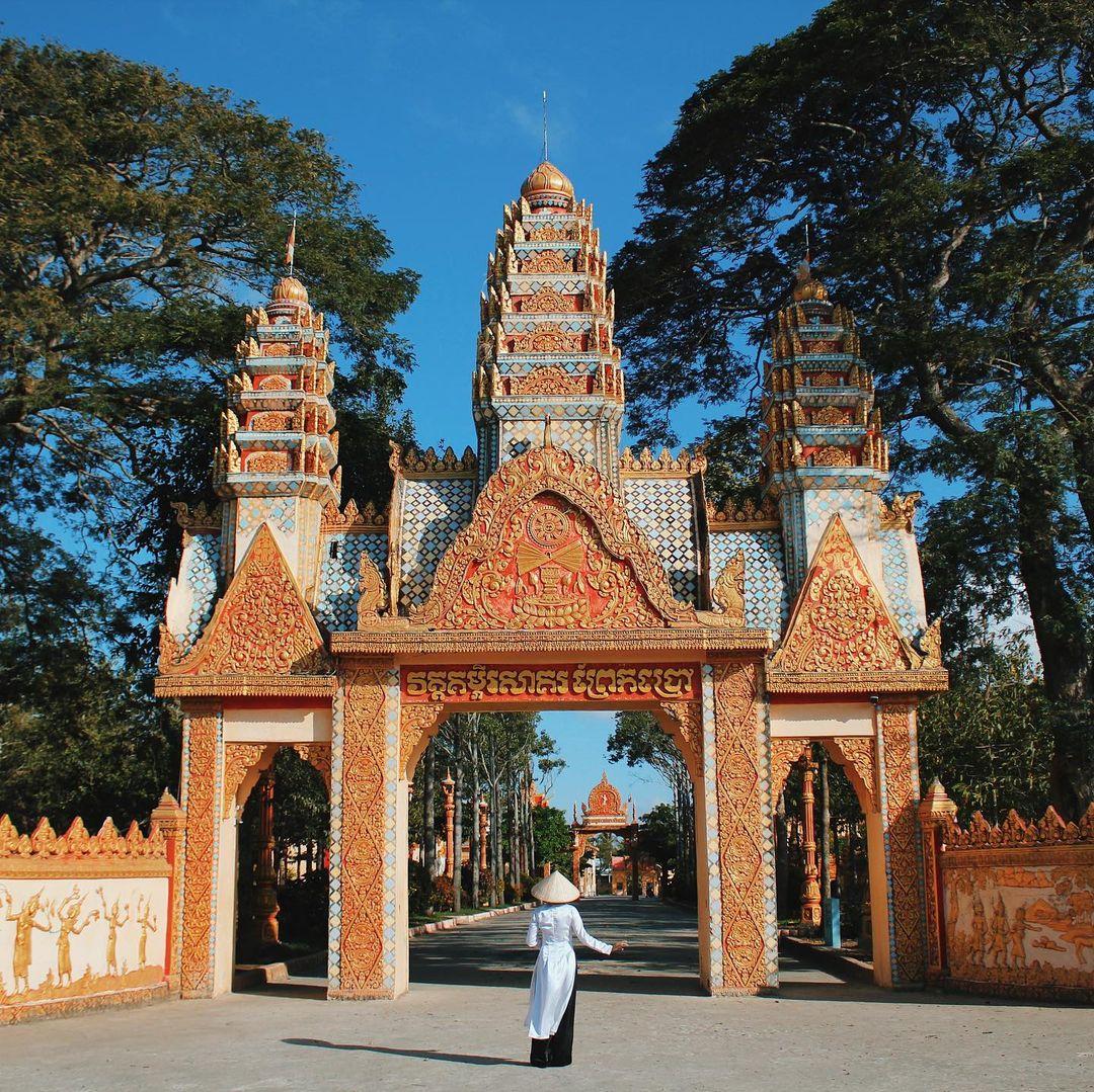 Bên ngoài cổng chùa Xiêm Cán. Hình: @hao_ng_