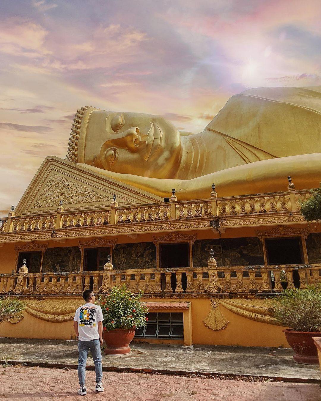 Chùa Vam Ray với bức tượng khổng lồ. Hình: @Dupeo.review_