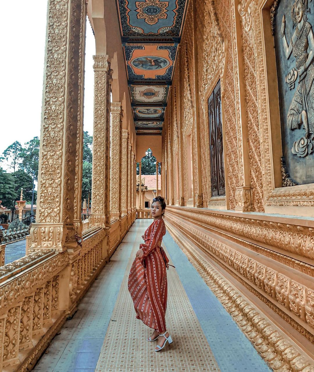 Hành lang chùa Vam Ray. Hình: @nhienng_