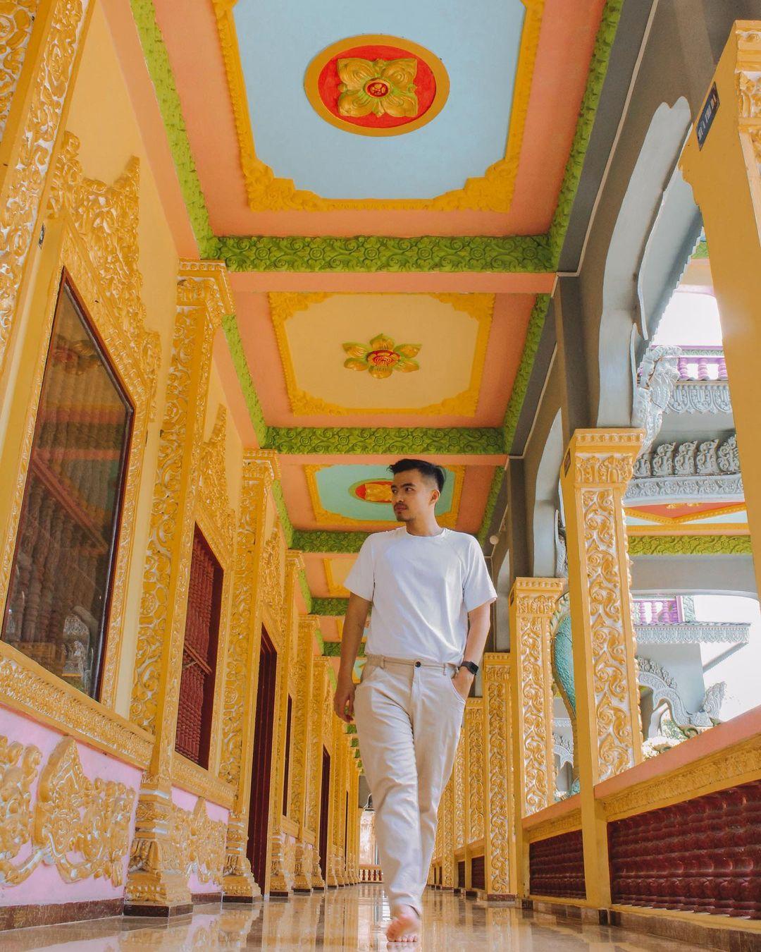 Bên trong hành lang chùa Som Rong. Hình: @lythanhco