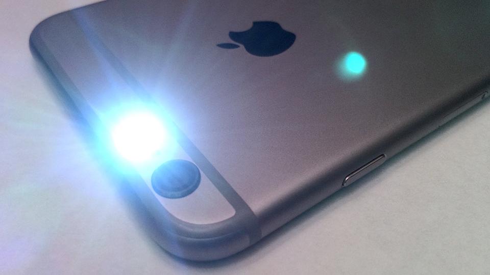 Cách tìm kiếm camera quay lén bằng đèn flash - Nguồn ảnh: Internet