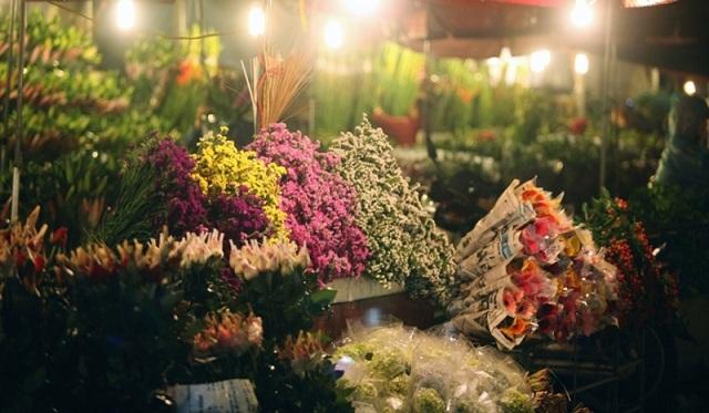 Tạt qua chợ đêm Quảng An mua cho mình một bó hoa loa kèn làm quà Hà Nội