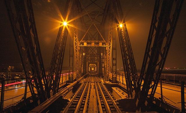 Chạy xe trên cầu Long Biên ngắm cảnh Hà Nội về đêm