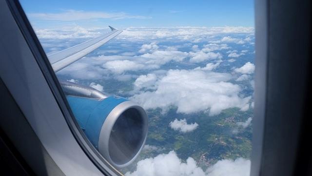 Máy bay là phương tiện phổ biến nhất để các bạn ở xa có thể tới Hà Nội