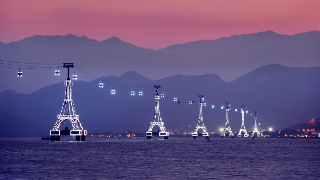 Vào ban đêm, hệ thống cáp treo được thắp sáng bằng đèn laser
