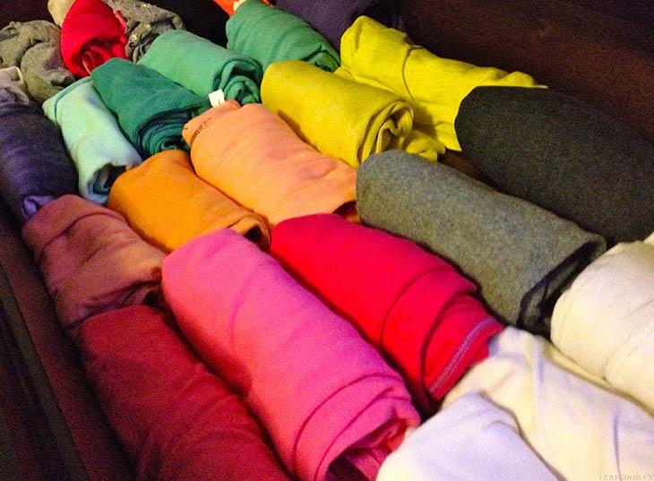 Cuộn tròn quần áo sẽ hạn chế được việc quần áo bị nhăn