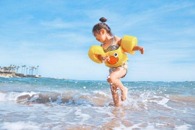 Những kỹ năng bơi lội cơ bản mà trẻ cần được học đó là lướt trên mặt nước, nổi hoặc c