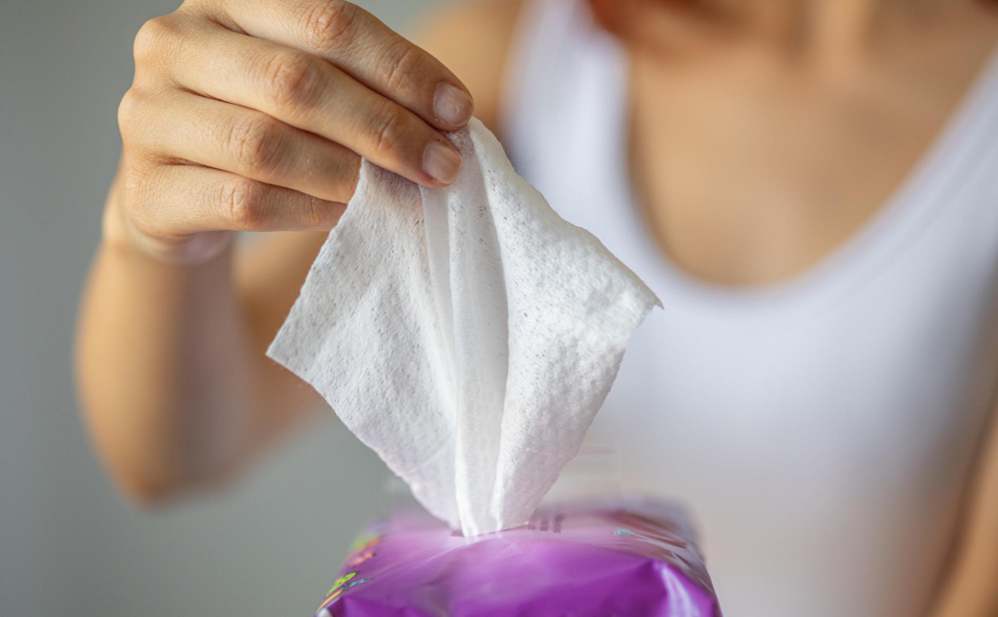 Dùng khăn giấy lau mặt. Hình: Sưu tầm