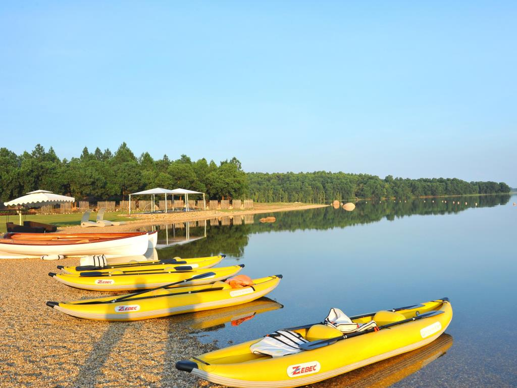Trải nghiệm hoạt động chèo kayak ở hồ Đại Lải. Hình: Sưu tầm