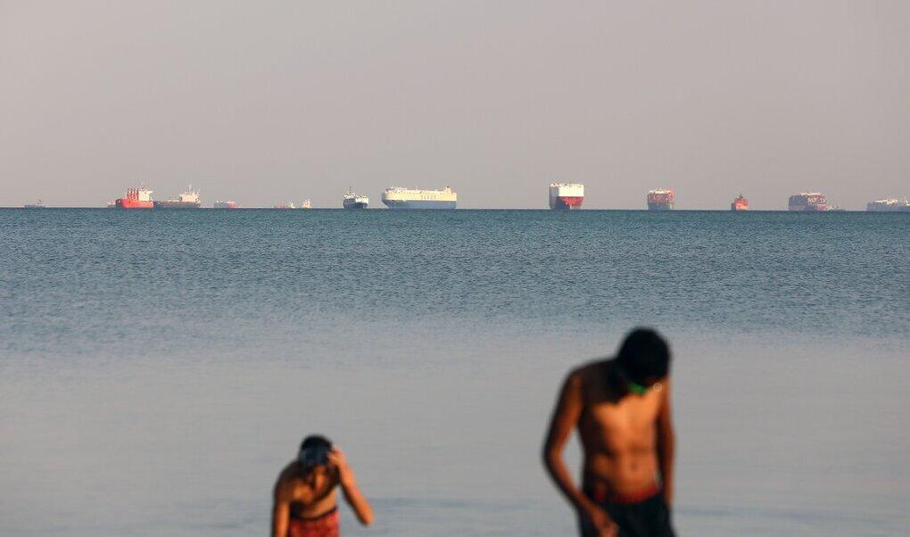 Các con tàu đang neo ngoài kênh Suez đợi được thông hành vào cuối tháng 3/2021. Ảnh: Khaled Elfiqi/EPA