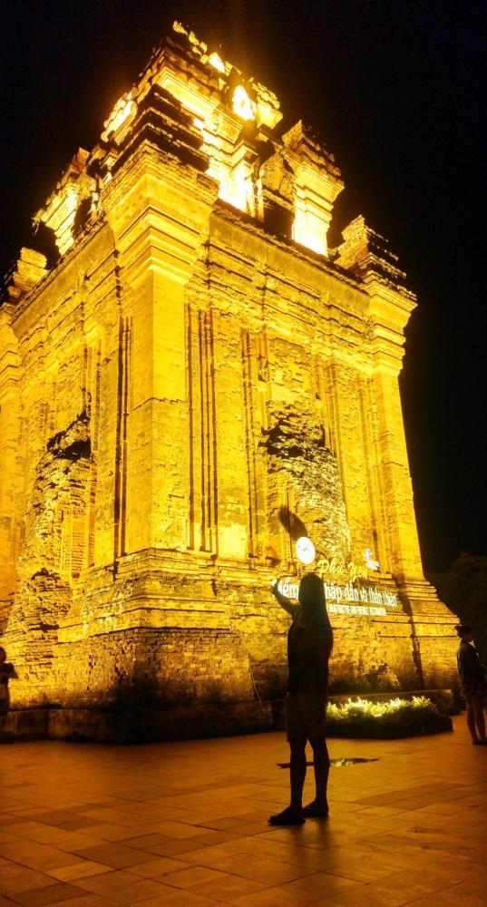 Tháp được thắp đèn rực rỡ vào buổi tối. Hình: Sưu tầm