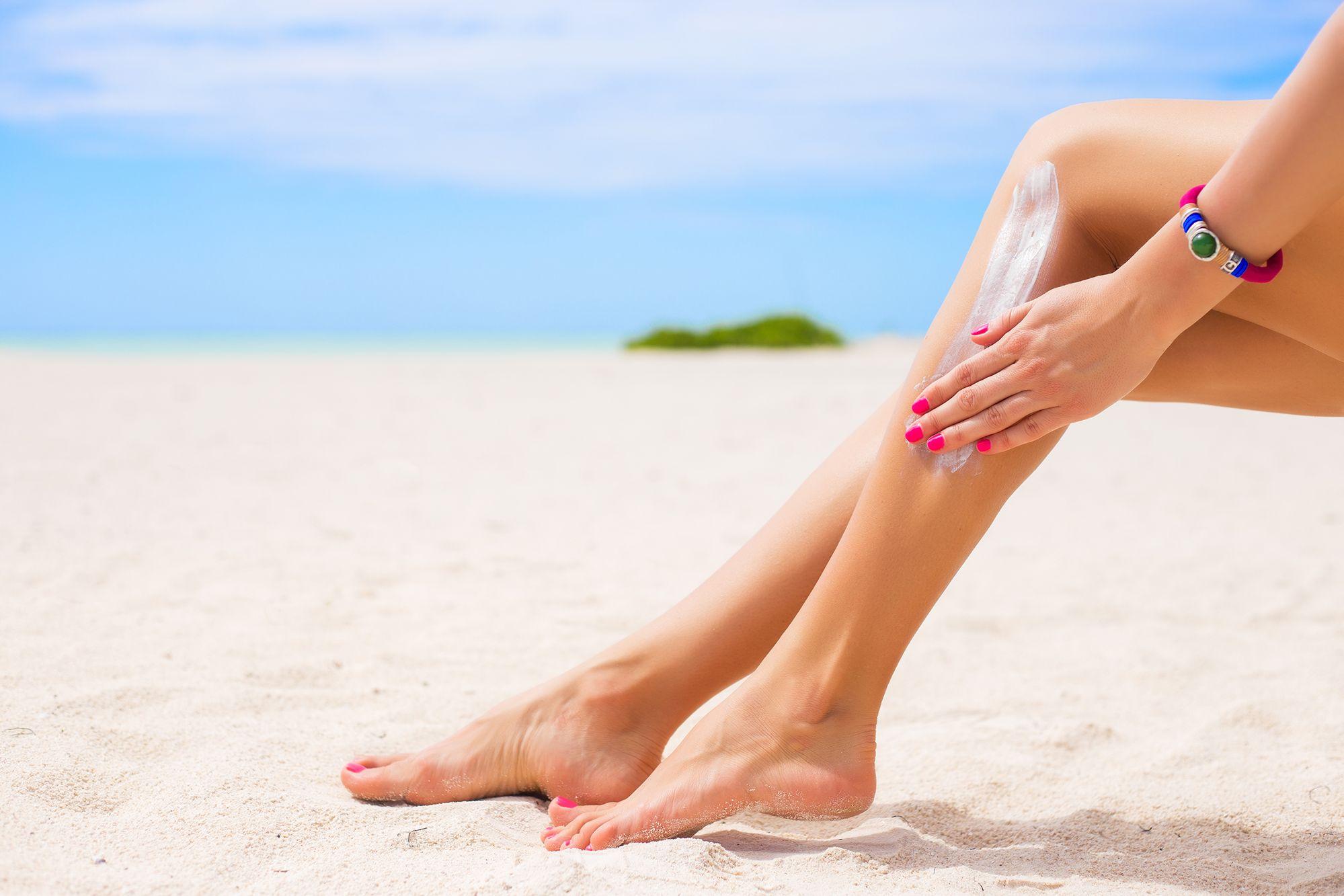 Kem chống nắng là vật dụng không thể thiếu khi du lịch biển. Hình: Sưu tầm