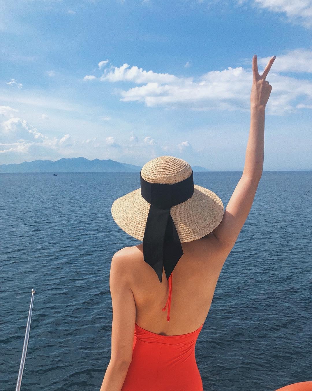Mũ rộng vành chống nắng khi đi biển. Hình: Sưu tầm