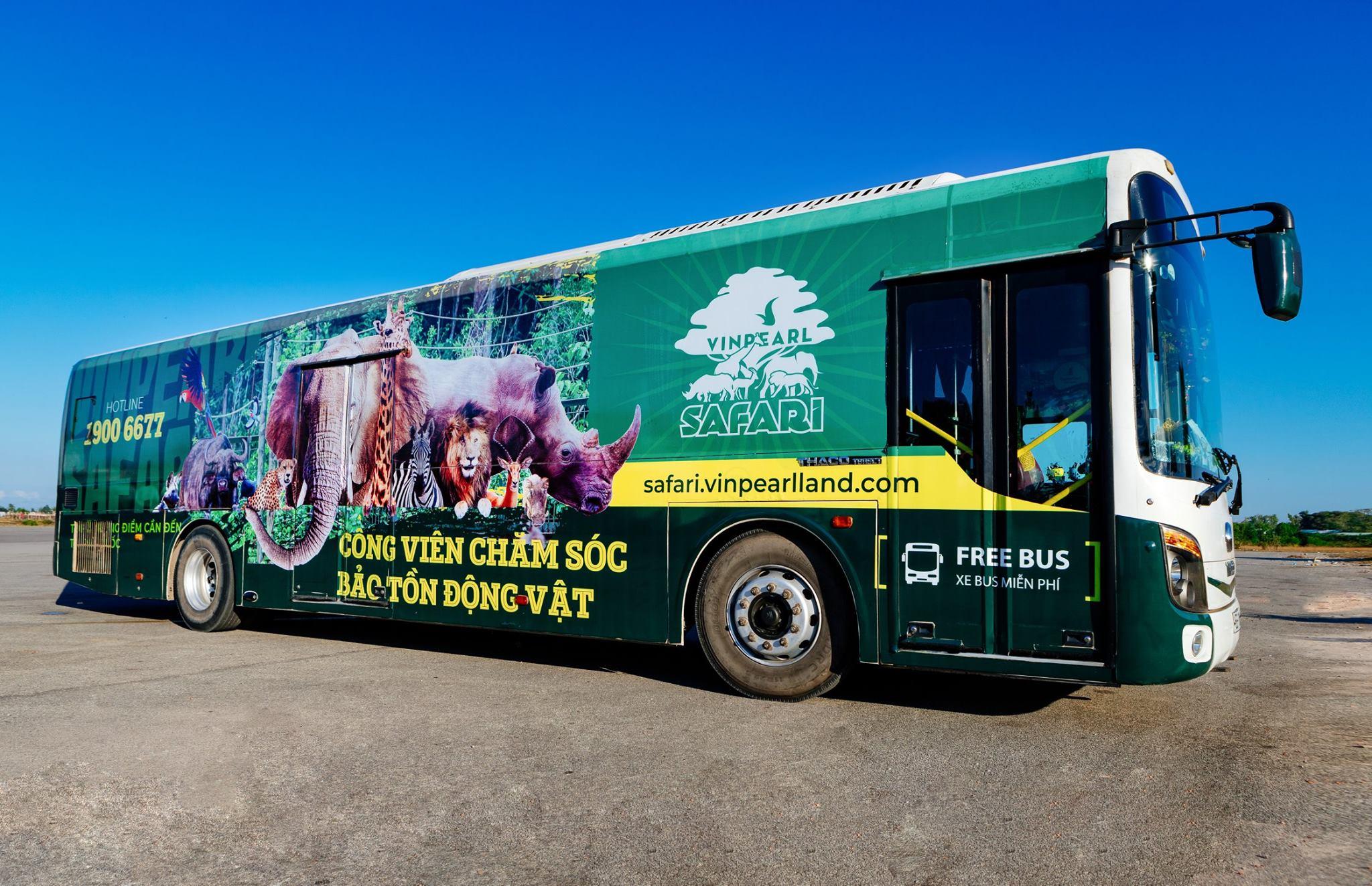Xe bus đưa đón từ thị trấn Đông Dương của Vinpearl Safari Phú Quốc. Hình: Sưu tầm