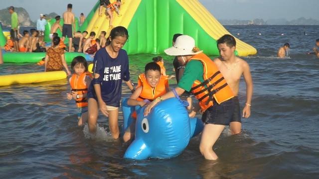 Luôn ở bên cạnh trẻ khi đi bơi trên bãi biển rộng. Ảnh: Internet