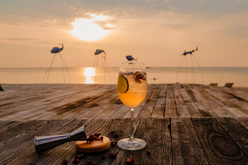 Thưởng thức đồ uống và chill giữa biển. Hình: Sưu tầm