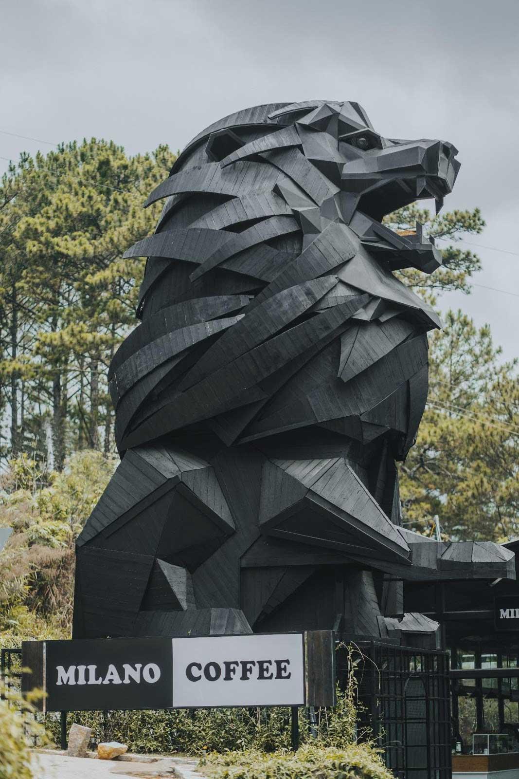 """Sự kết hợp thú vị giữa cảnh sắc núi rừng cùng sự xuất hiện của """"anh bạn"""" sư tử"""