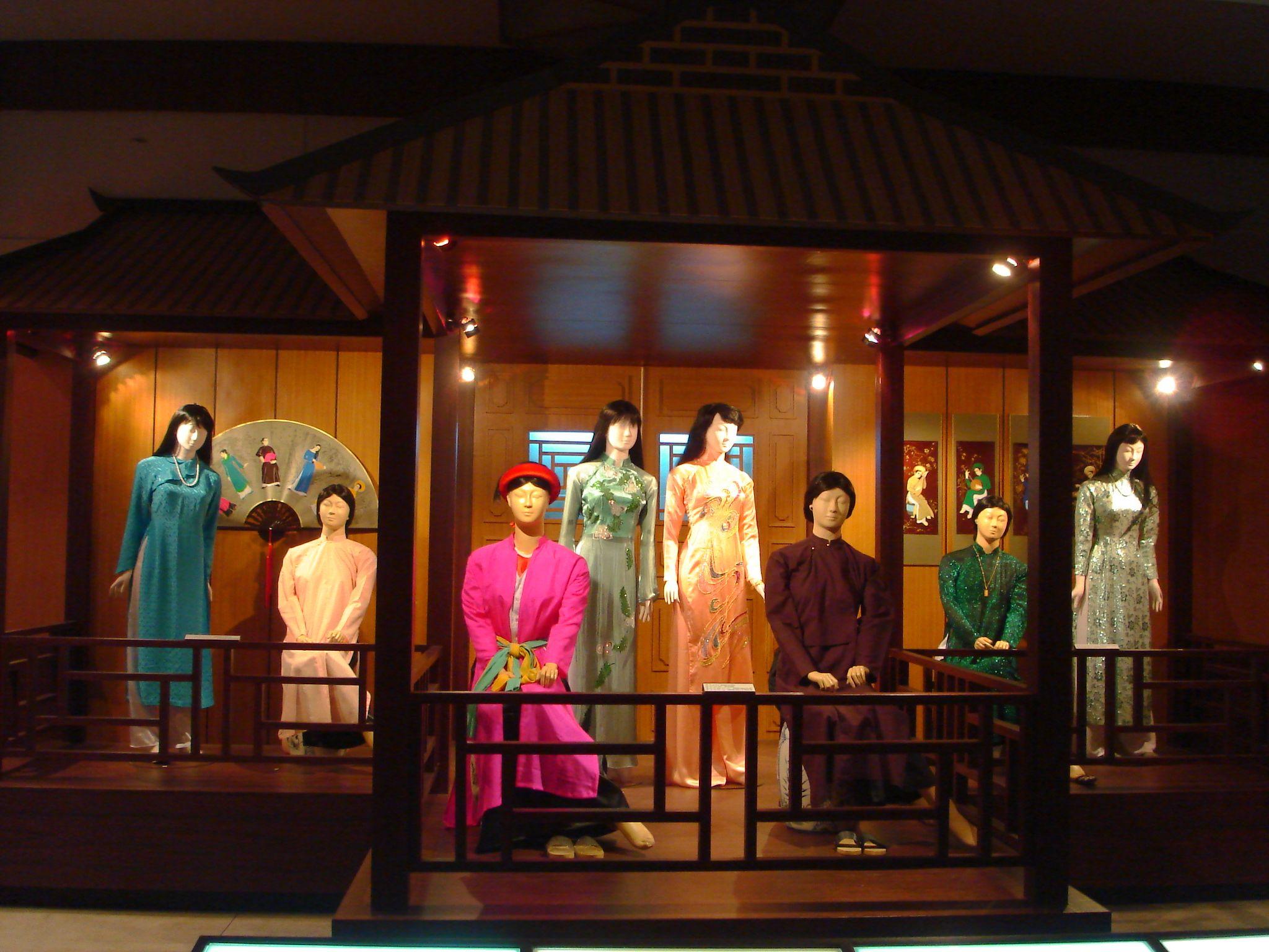 Đây còn là nơi lưu giữ trang phục của phụ nữ miền Nam. Hình: Sưu tầm