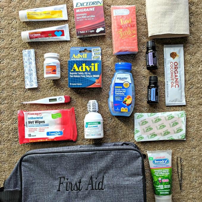 Chuẩn bị đầy đủ các loại thuốc và dụng cụ y tế cần thiết. Hình: Sưu tầm