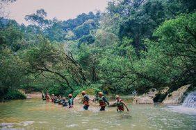 Hướng dẫn cách vượt suối an toàn khi trekking mùa hè