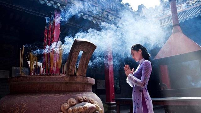 Bạn chú ý ăn mặc kín đáo, trang nhã khi tới cửa chùa