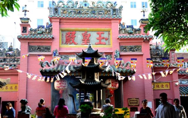 Người đến Chùa Ngọc Hoàng mỗi ngày đều rất đông vì nơi đây nổi tiếng với sự linh thiêng. Ảnh: Internet