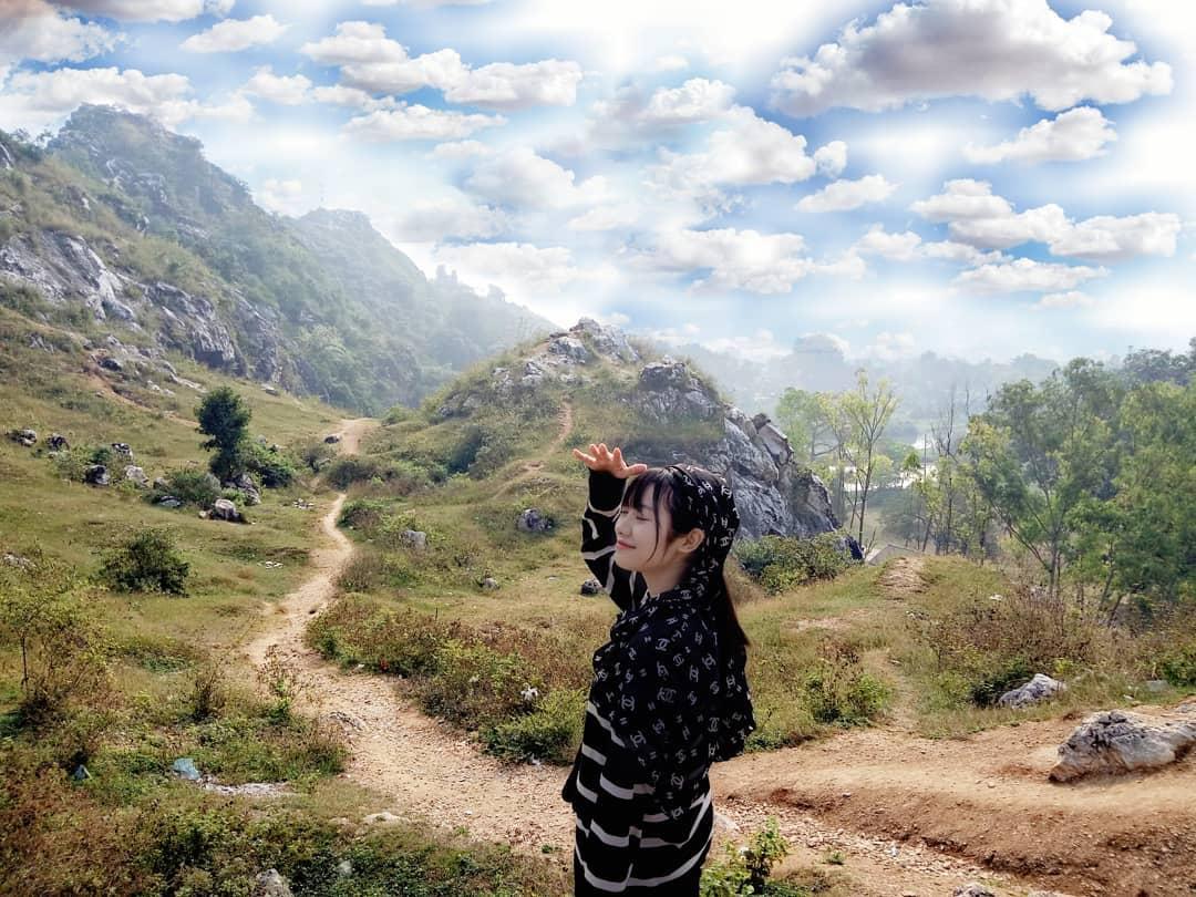 Con đường mòn đầy sỏi đá trải dài từ chân đến đỉnh núi. Hình: Sưu tầm