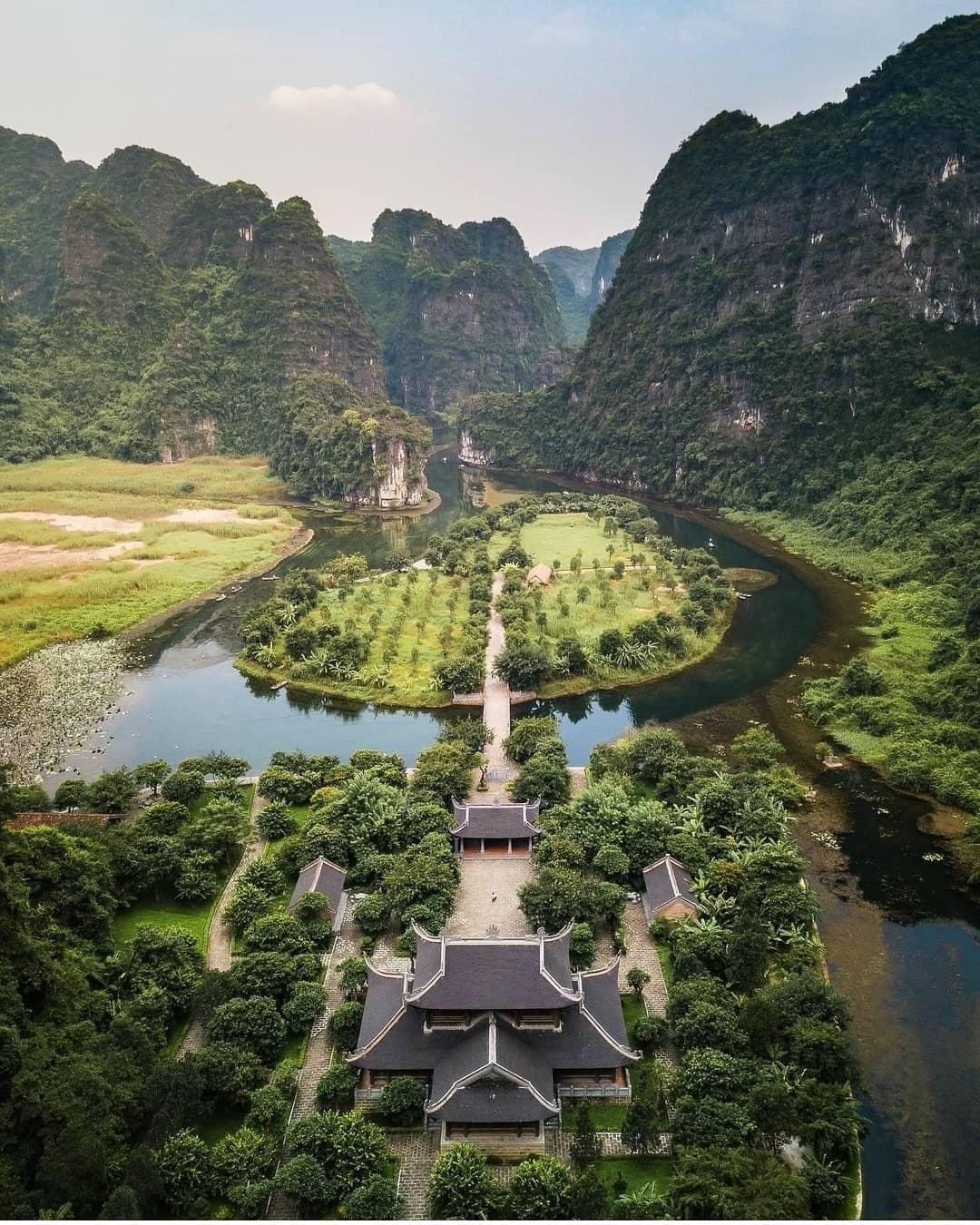Tràng An - Ninh Bình nhìn từ trên cao. Hình: @chopsticksontheloose