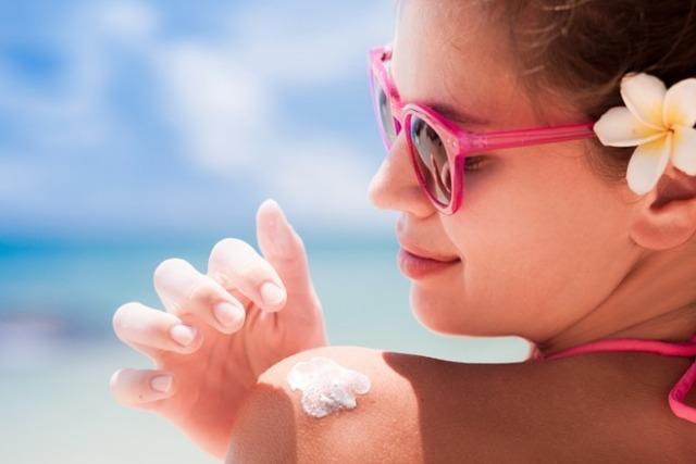 Thoa kem chống nắng bảo vệ da dù có tiếp xúc trực tiếp với tia UV hay không. Ảnh: Internet