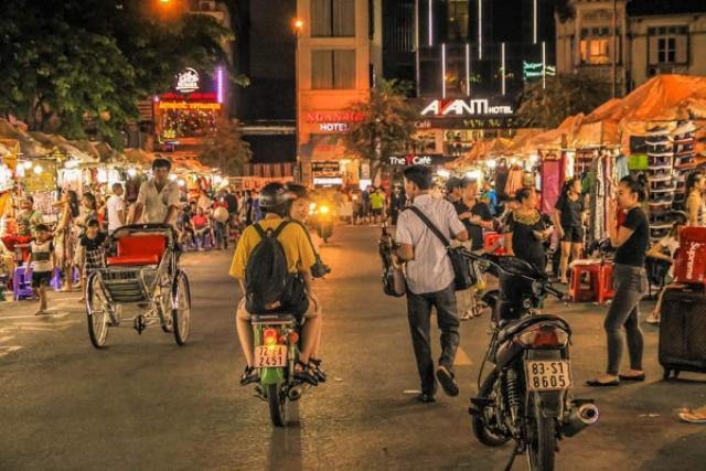 Ăn đêm, dạo phố đêm cũng là hoạt động lý thú trong dịp nghỉ lễ 30/4. Ảnh: Internet