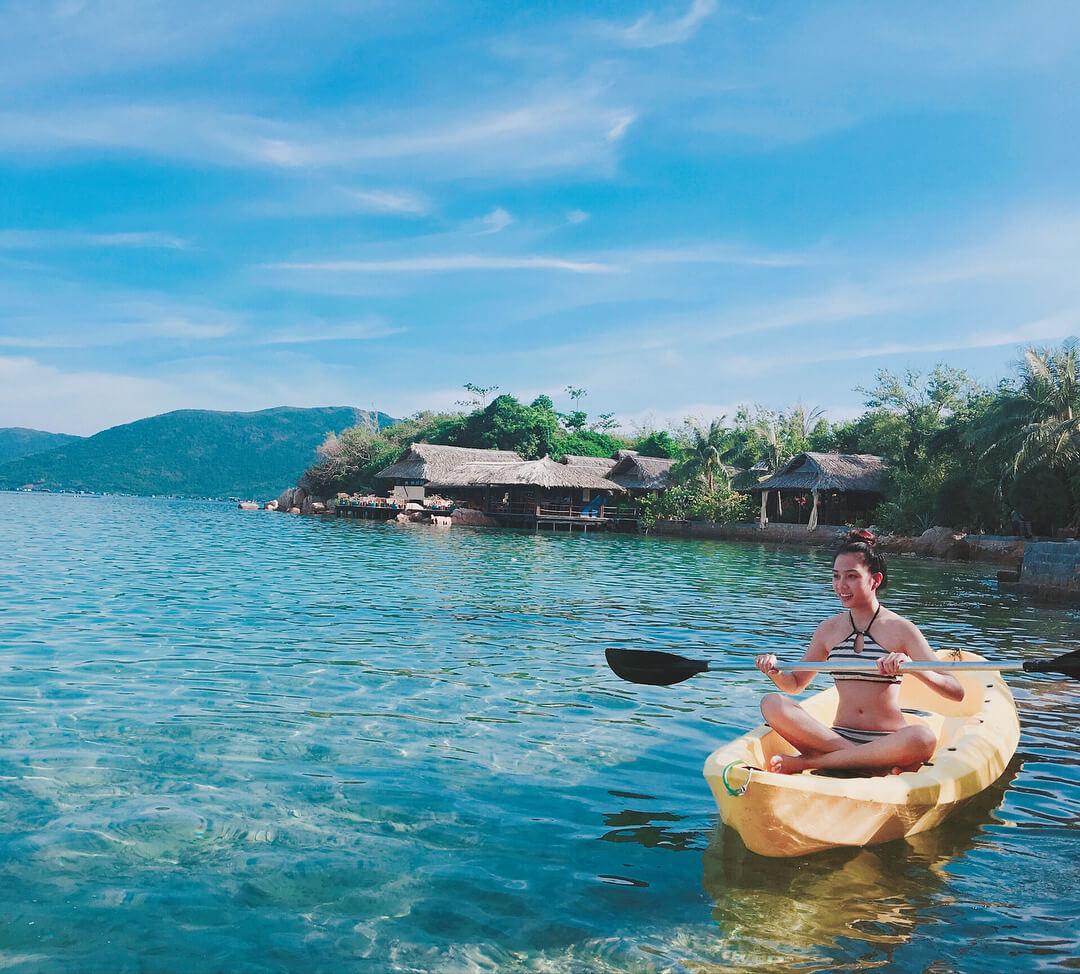 Hoạt động chèo thuyền trên bãi hòn Ông. Hình: Sưu tầm